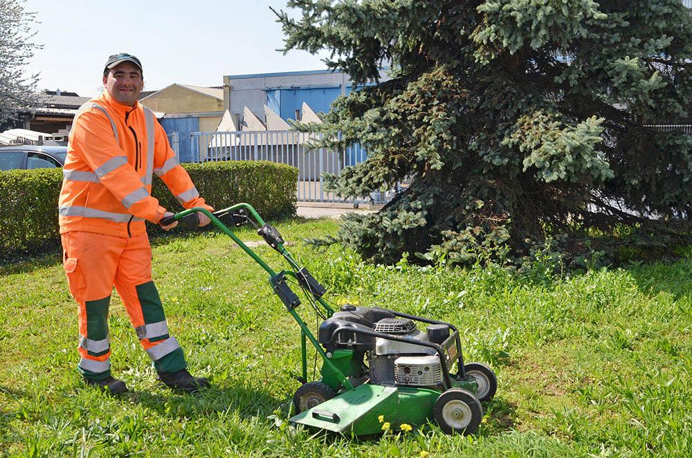 Tobias Thiemer beim Rasenmähen als Mitarbeiter des Bauhofs.