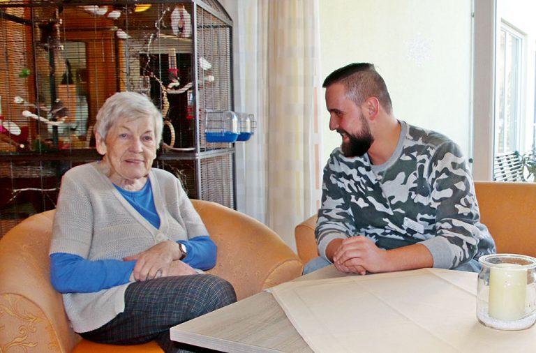 Danny Müller mit einer Bewohnerin des Pflegestifts.