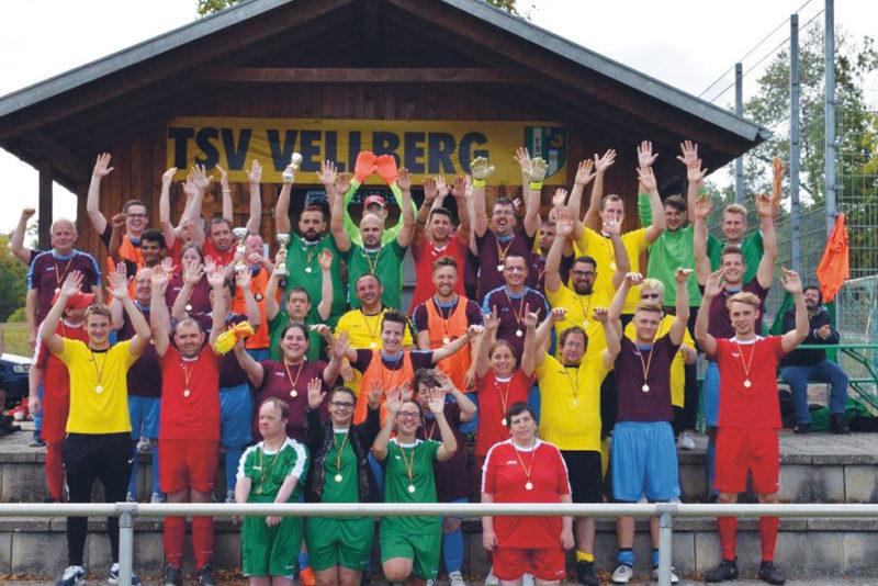Jubelnde Fußballer*innen der LebensWerkstatt