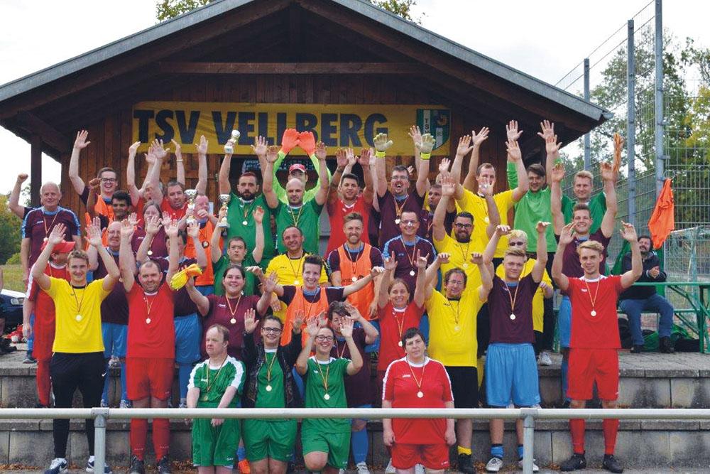 Jubelnde Fußballer*innen der LebensWerkstatt.