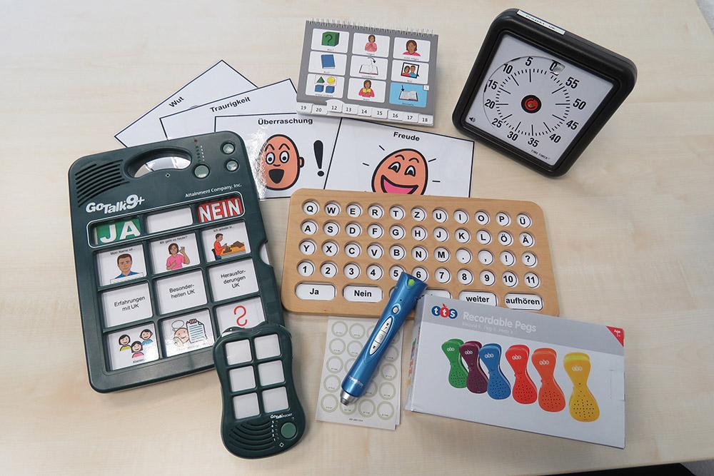 Verschiedene Materialien die bei der Förderung der Kommunikation helfen können.